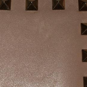 Sælger min Valentino pung eftersom jeg ikke får den brugt. Den er smuk sart lyserød farve og er udsolgt online. Den er næsten ikke brugt, men har små uundgåelige ridser - udover det næsten i perfekt stand. BYD!   OBS blitzen gør at ridserne fremstår mere