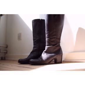 #SundaySellout  Læder/Nubruk støvler  - Virkelig god kvalitet  - Sidder godt, behageligt og tæt på benet - De er bløde at have på  - Ser helt nye ud i skaftet, ved hælen kan man se, at de har været i brug, men de er stadig i meget god stand   Pasform: - Passer en str. 37 - Skaftet går ca. til skinnebenet