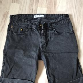 Mørkegrå/sorte shorts fra Just Junkies. Størrelse 29. Kan sendes eller afhentes i Halsnæs omegn.