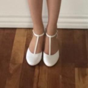 Hvid sko fra Lilly - brugt 1 gang  I super flot stand . nypris 599