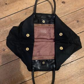 Sælger denne cute prada taske. Den har et slid foran og i bunden, ellers fin. Foret nede i ser ud som om den aldrig er brugt.   BYD GERNE  #prada #taske #skuldertaske #håndtaske