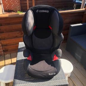 Super fin autostol fra MAXI-COSI Rodi XP, 15-36 kg i sort  Brugt til 1 barn i 6 mdr og er i rigtig fin stand  Mp 500 kr
