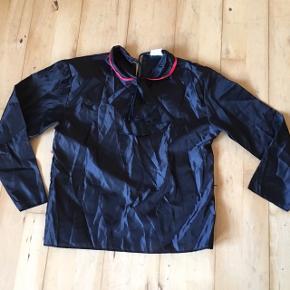 Dracula bluse sort med tørklæde, rød kant. Str 140. 8-10 år  Halloween kostume udklædning fastelavn