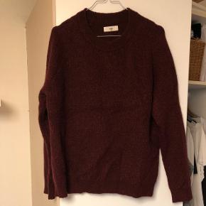 Bordeaux knit fra envii i str. M, nærmest aldrig bugt og fremstår derfor som ny.