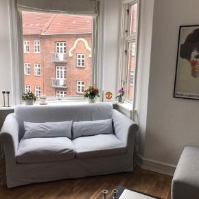 stor 2-personers sofa. 82 cm dyb og bred, 170 cm lang. Gratis, men skal selv hentes og bæres ned fra 4. Sal. Der er pletter men betrækket kan tages af.