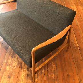 Elegant, håndlavet og unik 2-personers sofa i grå polyester. - Mål: 75D x 125B x 75H cm