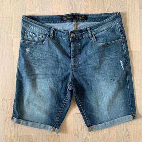Gabba denim shorts / cowboyshorts str. W36. Fin stand bortset fra slid mellem ben (se foto). Kan sendes for 39 kr.