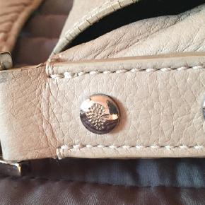 Varetype: Crossbody Størrelse: 35 x 27 cm Farve: Grå Oprindelig købspris: 7500 kr.  Lækker Effie taske fra Mulberry.   Sender gerne flere billeder.   Kom med bud!