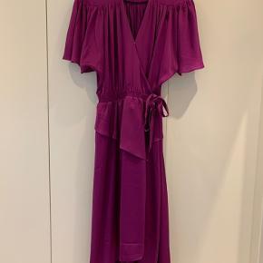 Smuk kjole fra Designers Remix i den fineste farve. Brugt en enkelt gang til bryllup. Nyrpris 1300kr. Sælges for 600kr.
