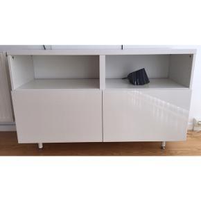 TV-møbel med tryklåger Farve: Hvid Længe: 120 cm Dybde: 40 cm Højde: 75 cm (kan justeres)  I flot stand og fungerer upåklageligt! Mp. 200,-