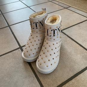 Fine forede støvler i læder som aldrig er brugt. Kan passes af en str 37-37,5 eller en lille str 38.