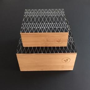 2 stk. træ-æsker (bambus?). Aldrig brugt. Virkelig fine og pæne. Prisen er for sættet, de sælges kun samlet. Målet 20x20x10 og 15x15x6 cm.