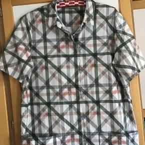 Skøn skjorte kjole af 100 % bomuld. Måler fra ærmegab til ærmegab 52 cm. Længden 100 cm. 2 store forlommer. Som ny.