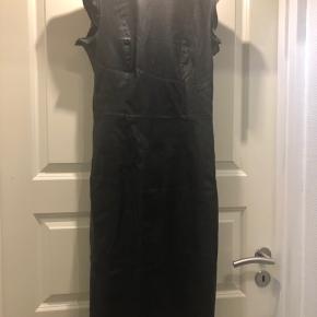 Læder kjole str.36 Brugt, men rigtig fin stand. Læder foran og stof bagtil. Med lynlås bagtil.