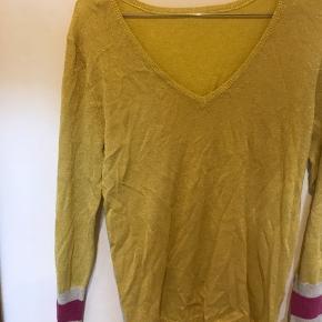 Aldrig brugt  Mega populær gul trøje Fitter str s Uden mærke  Nypris var 400kr Byd!
