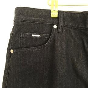Bukserne sælges, da det er et fejlkøb. De er aldrig brugt. De er str W34 L32. Kom med et bud! Alle tre hugoboss bukser på min profil kan købes samlet for 1500kr