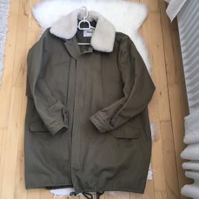 Stand jakke sælges. Købt på Farfetch til 2500 kr. Brugt enkelte gange. Str M