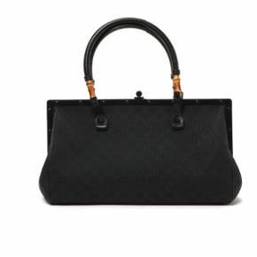 """Overvejer at sælge min smukke Gucci taske. Lavet af sort """"GG"""" monogramkanvas, sorte læder hanke med bambus, et stort rum samt en inderlomme med lynlås. Dustbag medfølger  Mål: H 20 x B 14 x L 39"""