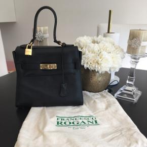 Super god kvalitet italiensk taske sælges. Tasken  lavet af ægte læder. Den er håndlavet. Den er køb i Rom. Normal pris var 2000kr. Du kan besøg deres facebook side for, at se og læse om deres tasker ved navn: Francesco Rogani handbags. Bytter ikke