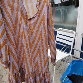 Fin kjole fra ichi, mener det er en str. M men kan også passes af en str. L
