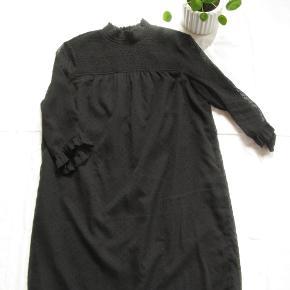 Dejlig kjole med 3/4 ærmer.  Brystmål ca. 2x55 Længde fra skulderen og ned ca. 88  Jeg tager desværre ikke billeder med tøjet på.