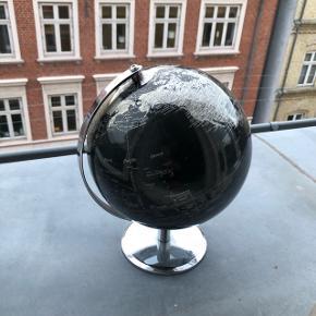 Smuk globus i sort og sølv