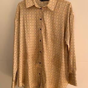Jeg sælger denne skjorte fra Zara, da jeg aldrig får den brugt. Den er brugt 1 gang i 2018 til juleaften, siden har den hængt på en bøjle. Den er beige/guld-ish i farven med prikker i farverne sort og pink. Skjorten er oversized medium. Skriv ved spørgsmål og byd endelig☺️