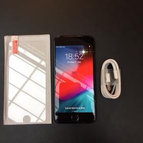 Sælger denne flotte iPhone 7 - 32GB  Telefonen fejler intet og fungere upåklageligt.  Telefonen er i flot stand. Har ingen ridser på skærmen, men få forbrugsridser på rammen.   Den har desuden fået et helt nyt batteri, så den holder som ny.   Ønsker man et laderkabel og panserglas koster det 100kr ekstra