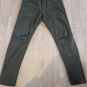 """Varetype: Slim Størrelse: 30/30"""" Farve: Armygrøn Oprindelig købspris: 1000 kr.  Model Evolve i bomuldssatin. 97% Bomuld og 3% Stretch. Fodvidde 32 cm. Fremstår som nye uden brugsspor. Brugt 3 gange."""