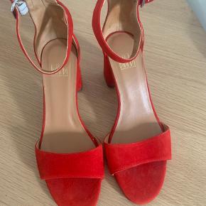 Smukke billi bi sandaler i flot rød Standen er sat til god men brugt da de har lidt skrammer på hæl, de fremstår ellers som nye NP 1199 Mp 599