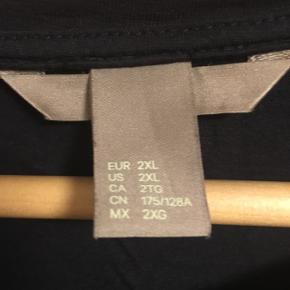 Enkelt mørkeblå t-shirt - vasket én gang.   Dejlig blød kvalitet - 100% viscose.   Bryst: 2 x 69 cm (ærmegab til ærmegab) Længde: 66 cm  Kan sendes med DAO for 35 kr.