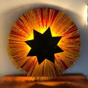 Fed retro væglampe i rødmalet træ og gul plast, stjernen forrest er i messing🌟 Prisen er fast  Forsendelse 50kr