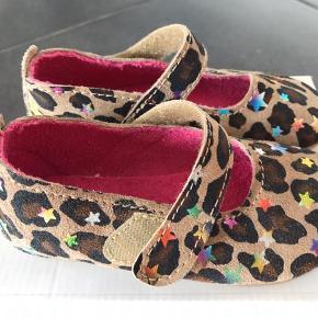 Fine leopard sutsko med velcrolukning som er nemme at tage på.   Fast pris 175,- pp