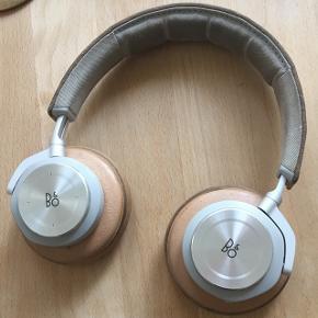 Beoplay H7. Trådløs bluetooth høretelefoner. Original pris 2799kr. De er brugt men fungere stadig helt perfekt. De ser lidt slidte ud, men spiller stadig som nye.