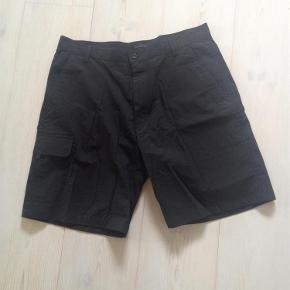 Varetype: Sorte herre shorts Farve: Sort Oprindelig købspris: 450 kr.  Sorte shorts str. XL Livvidde: 92,5 cm Længde: 51,5 (fra livet og ned)  Handler gerne via mobilpay - ellers plus gebyr :-)  Spørg og byd....