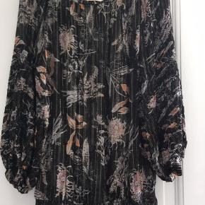 Super fin let transparent tunika, bluse, top med lange ærmer. Passer både str m og L, da den er løs og let i faconen  Sælger meget andet