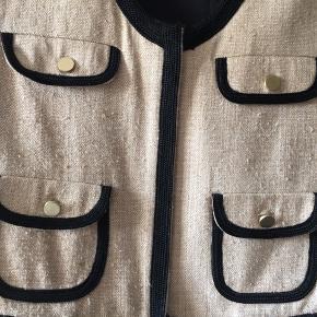 Sød lille kort jakke  Sand med sorte detaljer  BYD