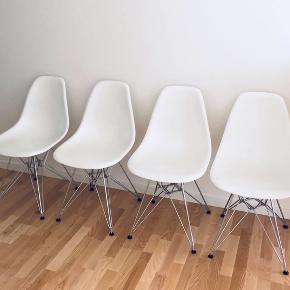 Originale Vitra DSR stole fra Charles & Ray Eames!  Stolene er kun halvandet år gamle og fremstår derfor fuldstændig som nye!  Kvittering med garanti haves!  Stolene sælges kun samlet!