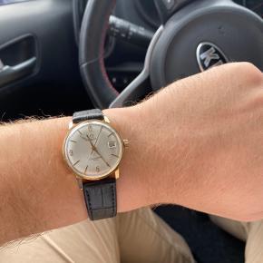 Omega seamaster 600  Ref: 136.011  Kaliber: 611  Manuelt værk  Guld kappe på kassen  Rigtig fint ur. Det går godt.  Rigtig flot rem.  Der er en ridse på skiven, som også kan ses på billedet.  Skriv for mere info  Er også interesseret i bytte