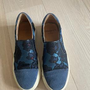 Les Deux Sneakers