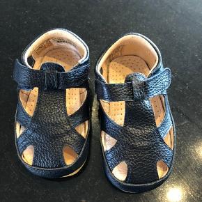 Sødeste små sandaler, der desværre er for små til min datter. Farven er navy blå og kan også bruges til drenge ☺️