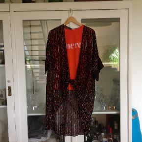 Super lækker kimono med silke. Brugt 2 gange nypris 1000 kr ved fair pris kan t-shirt medfølge. Den er medium.  Kimono er mere en onesize. Ingen tråd,huller, fejl eller mangler...fremstår som ny, har fået den i gave men får den desværre ikke brugt. Sendes med DAO