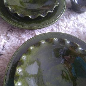 Et sæt af 10stk keramik i det smukkeste emerald grøn. Købte i Marokko. Aldrig brugte. 4 frokost tallerkener  4 dessert tallerkener 2 små skåle  En af de små tallerkener har en lille hak, kan næsten ikke ses. (Billed 5) Sælges samlet.