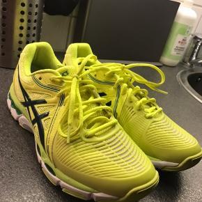 Asics GEL-NETBURNER BALLISTIC Str. 40,5 Brugt 5-10 gange, fejler intet, dufter stadig af ny sko. Kun brugt inddørs.  Nypris 800,- Køber betaler fragt.