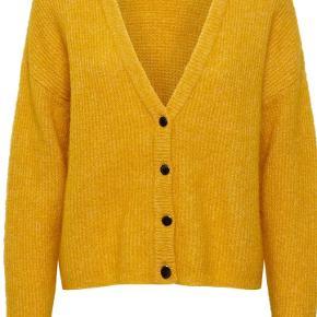 Smuk loose fittet cardigan. Brugt 2-3 gange så som ny. Kostede 1200kr.   Meget lækker kvalitet med bl.a. mohair og uld.