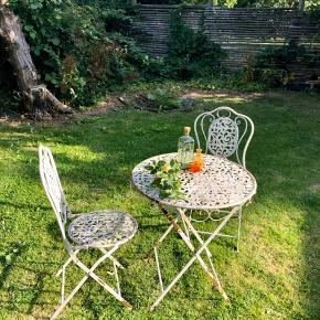 Charmerende fransk antikt Café sæt. ☕️  1 bord og 2 stole i støbejern og med flot patina.