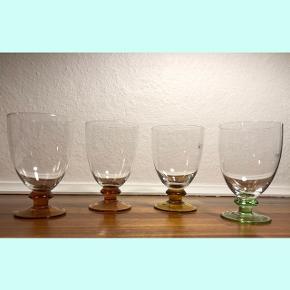Rødvinsglas i tre forskellige farver; grøn, brændt orange og gul.  Ca. 15 cm høje