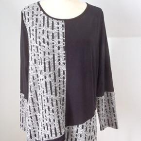 Sort/stribet sweatshirt /tunika i bomuld, polyester og spandex. Blød og rar kvalitet. Brystvidde 114, længde 70, lynlåslomme nederst i venstre side. Aldrig brugt, men vasket x 1 Nypris 899 kr
