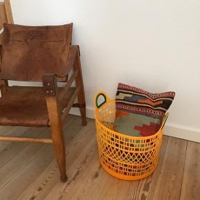 Super fed orange kurv med grønne håndtag 🍊 i perfekt stand, brugt men pæn. Måler ca. 36 cm i diameter, og 30 cm i højden (uden hanke) 🌱 kan bruges til f.eks. puder ved siden af sofaen, opbevaring af legetøj eller noget helt andet. Stol & pude sælges ikke!   Bemærk - afhentes ved Harald Jensens plads. Bytter ikke 🌸  💫 Kurv plastik opbevaring orange neon grøn boligindretning