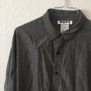 Fin skjorte i pinstripe mønster fra Hope. Super behagelig og fin. Kan hentes i KBH NV eller sendes :)